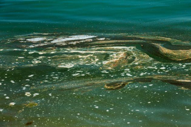 Mar con residuos de aceite